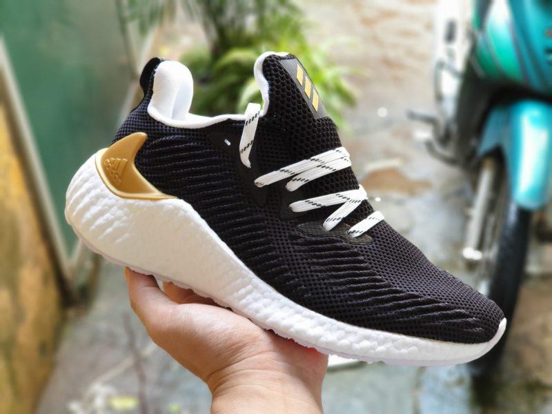 Adidas AlphaBoost với chất liệu lưới như đàn anh AlphaBounce Beyond cùng kiểu dáng ôm chân mới, là một trải nghiệm đáng thử cho người dùng